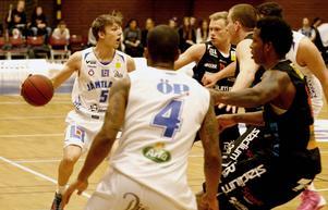 Max Tandberg har spelat i Basketligan förut, 2013/14. Här ser vi honom i en hemmamatch mot Norrköping Dolphins. Foto: Jonas Solberger