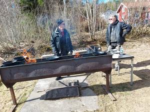 För att göra vårfixardagen till en riktigt fin dag så gräddade Lars-Eric och Tapio traditionella kolbullar.  Foto: Yvonne Lind