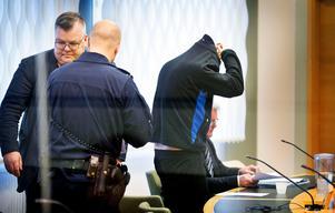 Häktningsförhandlingen är över och kammaråklagare Carl-Johan Norström (till vänster i bild) lämnar rättssalen. Till höger den  mordmisstänkte 30-åringen och hans försvarare, advokat Martin Beskow.