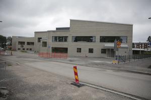 Solviksskolan togs i bruk 9 januari i år, men det tycks vara svårt att locka hit en chef som har de efterfrågade kvalifikationerna.