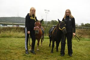 Emma Högberg och Tuva Arvidsson med Barbie och Tiger.