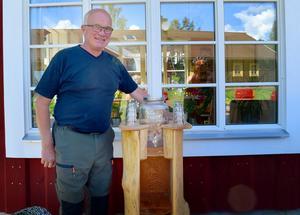 När Christer ombads göra ett bord till vattenbehållaren skapade han den här fiffiga konstruktionen som består av ett lärkträds bak, det vill säga det som är kvar när brädorna sågats ur.