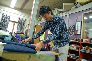 Mustafa Ferozi lärde sig bland annat att klä om möbler.