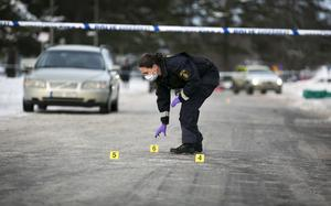 Polisens tekniker markerade intressanta platser med hjälp av skyltar.
