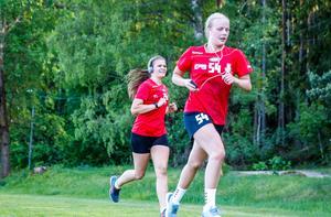 Wilma Svedung och Hanna Grönlund fick slita hårt tillsammans med sina lagkamrater när det stod intervaller på schemat för VästeråsIrsta.