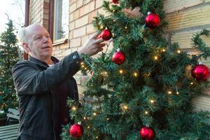 Det är en hel del pyssel som krävs av Bo Ek  innan allt kommit på plats och julbelysningen kan slås på.