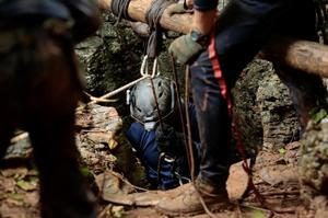 En av guiderna surras ner, in i en spricka i berget. Foto: Hot Rock Climbing School