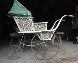 Den här barnvagnen vet man inte hur gammal den är. Åsa Hammar tror att den är bra gammal.