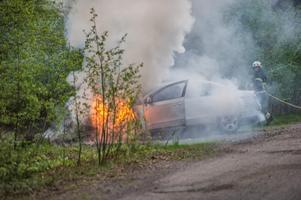 Även när en bensinbil brinner är röken farlig, påpekar skribenten.
