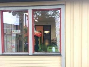 Ett av de fönster som krossades i samband med händelsen.