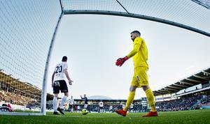 Filip Rogic och målvakt Oscar Jansson deppar efter IFK Norrköpings 1-2 mål. Foto: Johan Bernström/Bildbyrån