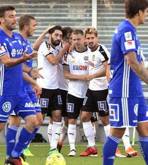 Johan Bertilsson klappas om av passningsläggaren Nahir Besara  efter 1–1-målet mot GIF Sundsvall.