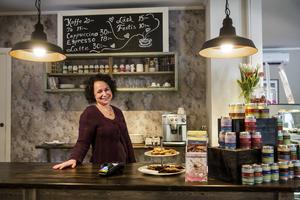 Monica Lindberg har öppnat café och butik intill Handelsbanken i Föllinge.   – Jag hoppas skapa en mötesplats.