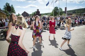 Kulturskolans showgrupp dansar rock'n'roll till tonerna av Chuck Berry och hansJohnny B Goode.