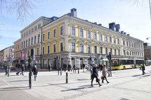 Stadshuset lyser i all sin glans. Så är det också det snyggaste kommunhuset i Gästrikland och Norduppland enligt läsarna.