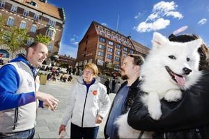 Anna Ingridsdotter Bäckman och hennes man Jens Bäckman, samt hunden Astrid, vigde lördagen till att gå runt bland valstugorna och diskutera med politikerna. De ska prata med alla partier och hoppas genom det komma fram till hur det ska välja.