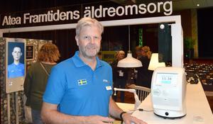 Peter Mann hos Atea i Borlänge, här bredvid en medicinrobot, menar att demografin blir en tuff utmaning för vårdkedjan fram över. Atea menar att en medicinrobot kan spara 400 timmar per användare och år.