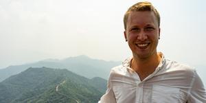 Axel Ingo, som är uppvuxen i både Hedemora, Smedjebacken och Falun, fick i höstas chansen att besöka entreprenörer och företag i Kina. Här ses han med den kinesiska muren i bakgrunden.