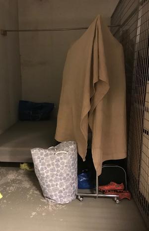 En av de hemlösa som tidigare bodde i HVB-hem i Sydnärke, bor nu i detta källarförråd. Foto: Privat