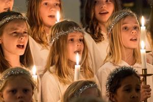 Barn och ungdomskörens sånger fyllde kyrkan.
