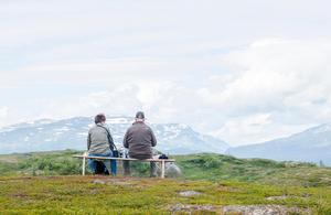 Att fortsätta uppsöka ungdomens och medelålderns glädjekällor är ett bra recept för ålderdomen. Pensionärer på fjällvandring i Björkliden.  Bild: Henrik Holmberg