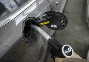 Att hålla bilen igång kostar mindre nu än för 30 år sedan, enligt insändarskribenten Karl. Foto: Terje Pedersen/NTB Scanpix