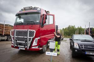 Andreas Jonsson är en av de anställda som kör lastbil för Oscar Johansson åkeri.