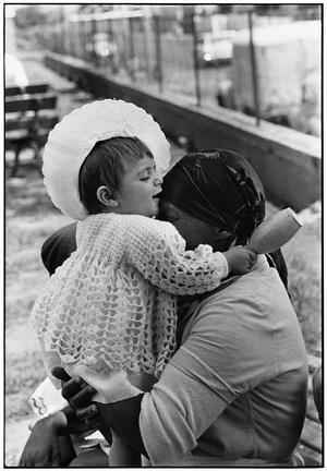 Tjänaren får älska det oskyldiga barnet. Ändå är chansen stor att flickan växer upp och får samma syn på de svarta som sina föräldrar.Foto: Ernest Cole Family Trust