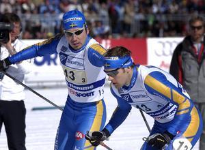 Per Elofsson växlar över till Jörgen Brink med drygt 20 sekunders försprång på sista sträckan.