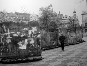 Plötsligt stod den där, muren på Stortorget. Och inte hade konstnären något tillstånd... Foto: Lasse Halvarsson
