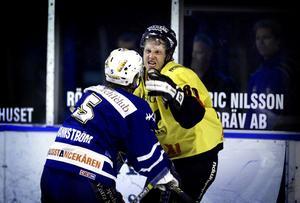 8 oktober 2003. VIK besegrar Arboga med 5-0 på bortais. Stefan Holmgren hamnade i slagsmål, vilket han gjorde ofta.