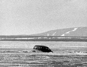 Natten mot 16 februari 1989 var det snöstorm.  En bilist körde ner i isen vid Håkansta efter att ha hamnat långt vid sidan av isvägen.