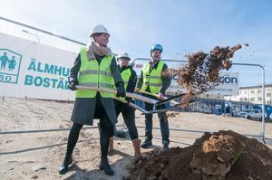 Marie Wallin och Helen Bengtsson från ÄBO:s styrelse tog det första spadtaget tillsammans med Kent Kristensen från Dynacon.