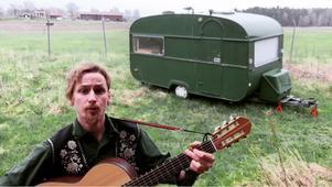 Joakim Ehn har spelat in en låt där han frågar om någon vet var han kan ställa sin husvagn. Lyssna på låten längre ned i artikeln.