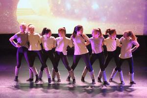 I got you dansades av tjejer i åldern 11 till 13.