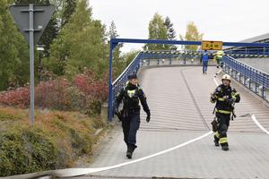 Polis höll ordning i närområdet och samarbetade med räddningstjänsten.