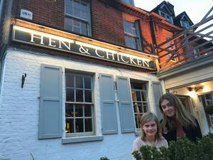 Hen & Chicken är ett så kallat carvery, med traditionell engelsk pubmat.
