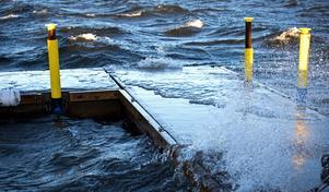 Vågorna stod höga vid Carlsvikspiren på Alnö.
