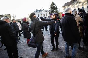 Manifestationen avslutas alltid med att alla kramar minst två personer de inte känner.