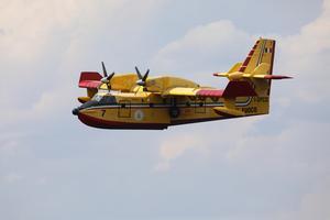 Italienska brandflyg släppte stora mängder vatten från skyn.