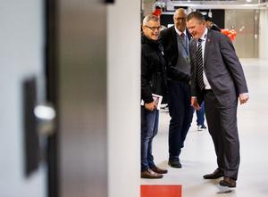 Betydligt gladare miner efter två raka segrar. Örebro Hockeys tränare Niklas Sundblad i samspråk med legendaren Håkan Loob, numera scout åt NHL-laget Calgary Flames. Bild: Johan Bernström/Bildbyrån