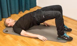 2. Höftlyft. Ligg på rygg med armarna utmed sidorna och ha böjda knän. Pressa upp rumpan, sänk långsamt och vänd upp igen innan rumpan tar i golvet.
