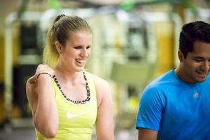 Viktoria Karlsson tävlar i längdhopp under VM i Dubai på lördag.