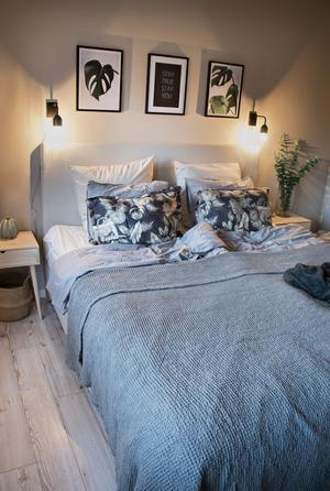 Tack vare utbyggnaden har Marléne och Pierre fått ett rejält sovrum med plats för förvaring och egen utgång mot trädgården – det gamla var så litet att knappt sängen fick plats.