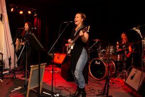 Norrtälje Countrybrudar. Bandet består av  Michaela Stridbeck (sång och gitarr), Ellinor Videfors (sång och bas) samt Ester Årman Wallmyr (sång och trummor)
