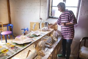 Birgit Will skapar allt ifrån koppar och skålar, till konstverk i form av olika djur.