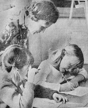 Lena Lindvall och Anna Wigenmark mötte skolfröken Brita Gustafsson när det var dags för inskrivning på Linnéskolan i Eksjö.