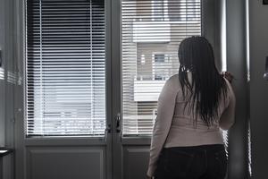 Ensamhet och dåliga sociala relationer kan vara en större hälsorisk än covid-19 anser insändarskribenten. Genrebild.