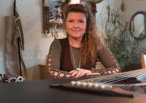 Karin Karlsson på  Saloon Hillbilly i Sorunda gläds över resultatet av webbauktionen som inbringade 7 100 kronor. Pengarna ska nu gå för glädjefyllda aktiviteter för familjer med cancerdrabbade barn.