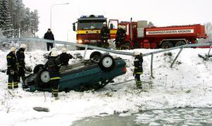 Två män fanns i bilen som voltade ner i gropen. Foto: Matsåke Persson